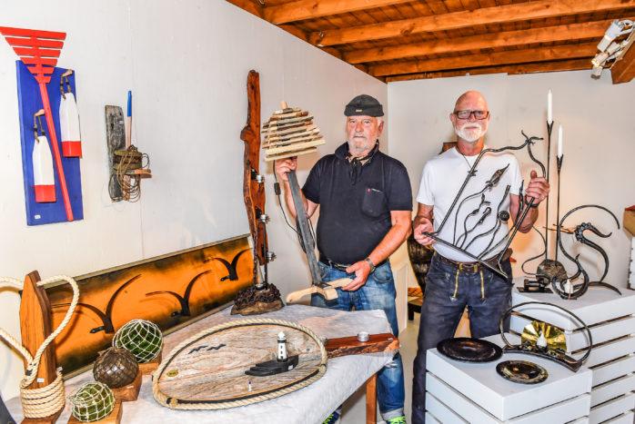 Ralph Edvinsson och Ingvar Wassenius, två av de tre konstnärer som bidragit med verk till utställningen En doft av hav och järn som invigs på Repslagarmuseet nu på söndag. Foto: Allan Karlsson.