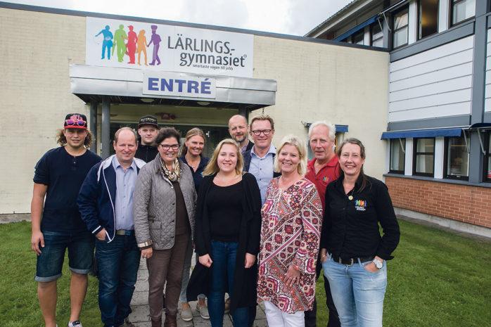 Riksdagsbesök hos Lärlingsgymnasiet i Ale som numera huserar på Rödjans väg i Nödinge. Här har expansionen kunnat fortsätta och nu går hela 190 elever i skolan. Camilla Waltersson Grönvall (M) och Michael Svensson (M) lät sig imponeras över utvecklingen.