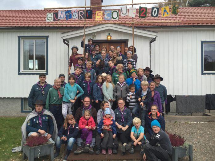 Guntorps scouter firade 20 år i söndag. Här poserar de utanför missionshuset.