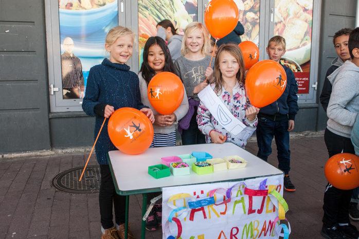 Elever från Nödingeskolan kom till Ale Torg i fredags för att sjunga för Världens Barn. Dessutom hade barnen med sig insamlingsbössor plus att de sålde armband till förmån för Världens Barn.