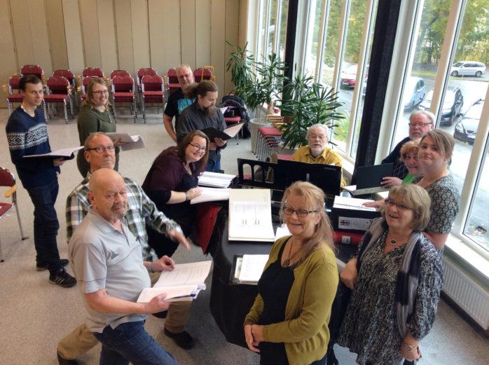 Repetitioner under Martin Rossings ledning. Teaterensemblen på plats i Fuxernaskolans aula där Full rulle har premiär lördagen den 12 november.