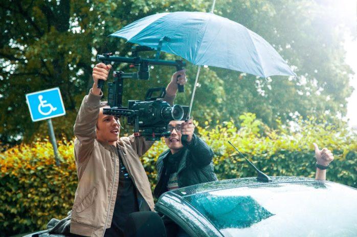 In action. Philip Lager  håller kameran medan Mawin Andersson håller i paraplyt. I Stockholm blev det inget pris för filmskaparna.  Foto: Privat.