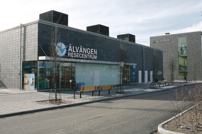 En 33-åring och två 15-åringar döms för skadegörelse mot pendeltågsstationen i Älvängen.