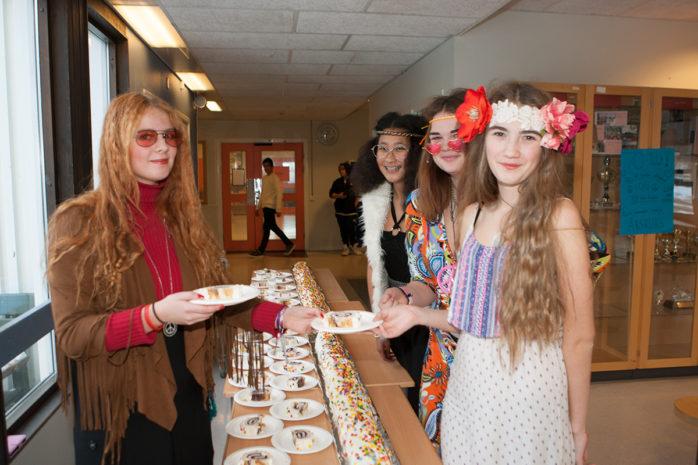 Bella Nordin, Bella Tjomsland och Milla Ekestig serverades jubileumstårta av Idun Ejnefjäll.