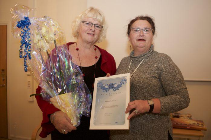 Antoinette van Ketwich erhöll årets Blåklintsdiplom av Michelle Winkel, ordförande i Liberalerna Lödöse/Lilla Edet.