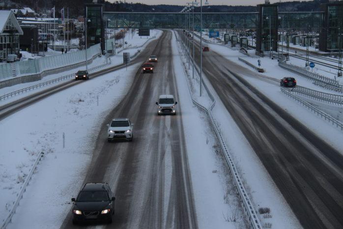 Sänk hastigheten och öka avståndet är det råd som räddningstjänsten ger till bilister som ska ge sig ut i vintertrafiken. Foto: Christer Grändevik