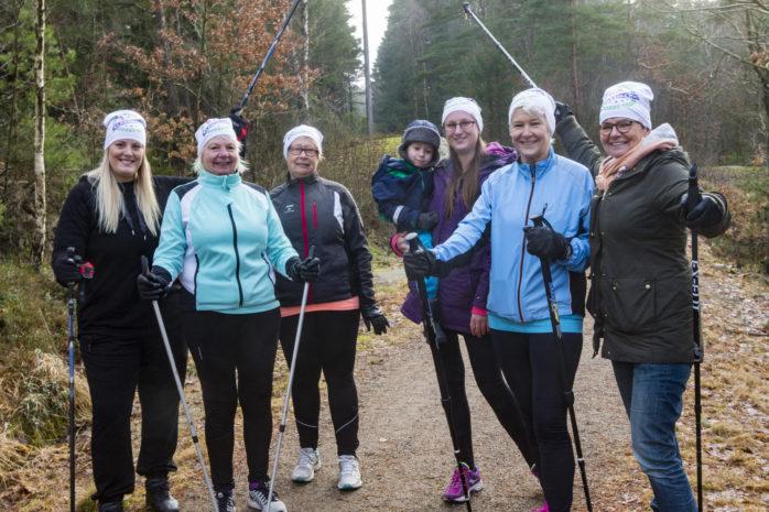 På måndagen var det dags för stavgång. Pernilla Jakobsson, Barbro Ericson, Anette Astesson, Helena Ekberg, Britt-Marie Johansson och Marianne Sjöö samlades på elljusspåret som går runt Dammekärr.