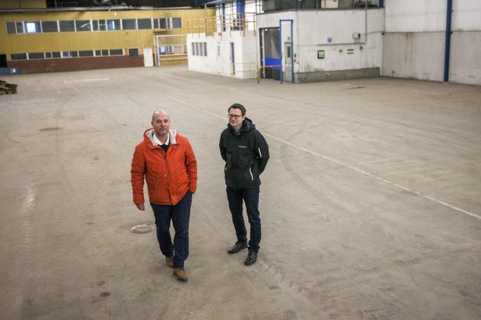 Roger Henriksson på Havak antog uppdraget att avveckla, sälja och städa Tudors gamla fabrikslokaler i Nol. Projektet föll väl ut. Här ses Roger tillsammans med Mikael Örnhammar, nordisk logistikchef på Exide Technologies.
