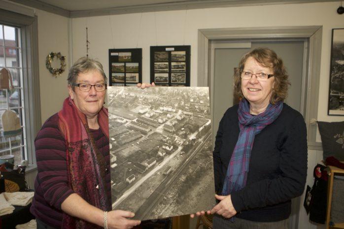 Barbro Sund och Eva Thorén hälsar välkommen till Ale Slöjdares föreningslokal i Nol. Lördagar i februari och mars kan besökarna ta del av gamla bilder från Nol och Alafors.