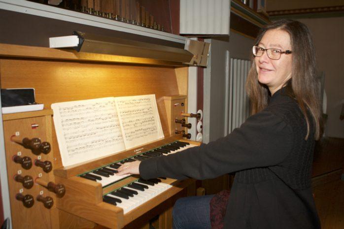 Sabina Nilsson, organist i Starrkärr-Kilanda församling, som bjuder in till orgelmassage i Starrkärrs kyrka söndagen den 19 februari.
