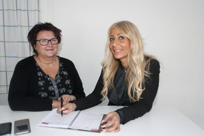Lena Börjesson och Samantha Selerkvist hälsar välkommen till jobbmässa i Ale Kulturrum onsdagen den 15 mars. Minst 150 sommarvikarier behövs till kommunens äldreomsorg och funktionshinderenhet.