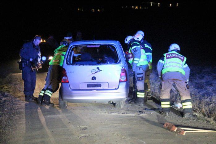 En bil gick av vägen på Älebräckevägen sent på torsdagskvällen. När räddningspersonalen kom fram hade föraren redan avlägsnat sig. Foto: Christer Grändevik.