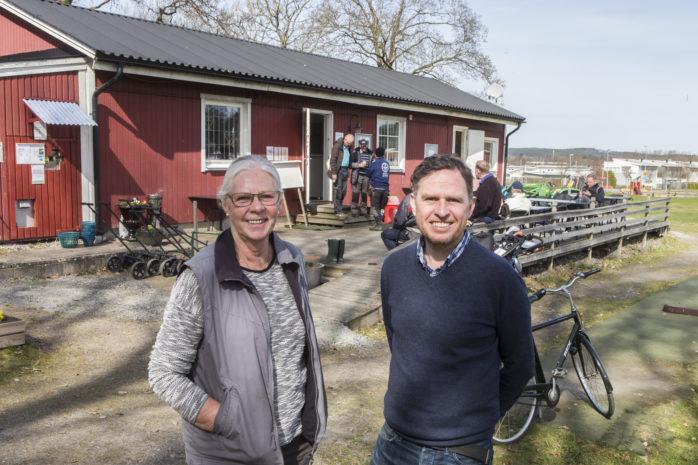 Backa Säteri Golf har dragit igång golfsäsongen på allvar och i lördags var det städdag på banan. Maj Holmström och Dan Sandkvist i styrelsen gläds åt engagemanget.