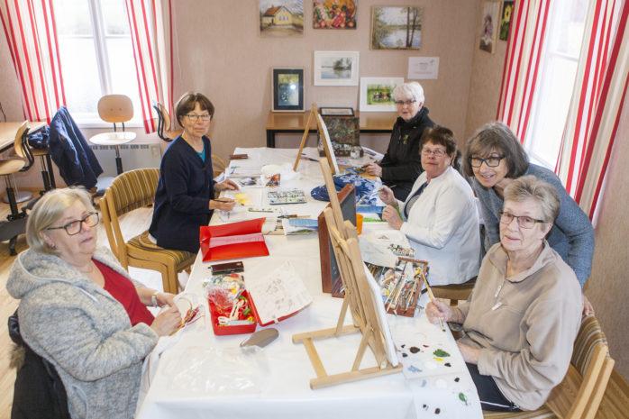 Målargruppen i Ryd träffas varje torsdag. Nu på söndag, den 23 april, arrangeras en utställning i före detta missionshuset.