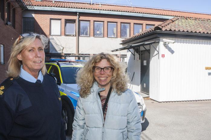 Lotti Klug, brotts- och säkerhetshandläggare i Ale kommun, tillsammans med Carina Björklund på Polisen Kungälv/Ale. Den här veckan går det ut ett informationsbrev om lagar och regler för mopedkörning till vårdnadshavare vars barn har fyllt eller kommer att fylla 15 år 2017.