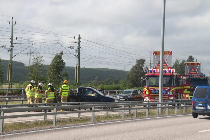En trafikolycka inträffade på E45 i södra Surte vid halv fyra-tiden på måndagseftermiddagen.  Foto: Christer Grändevik.