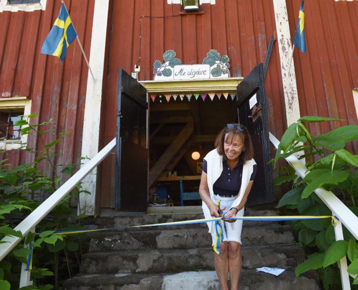 I lördags invigdes Ale Slöjdares årliga sommarutställning på Kungsgården i Alvhem. Ale GK:s ordförande Merja Forsäng klippte det blågula bandet. Foto: Allan Karlsson