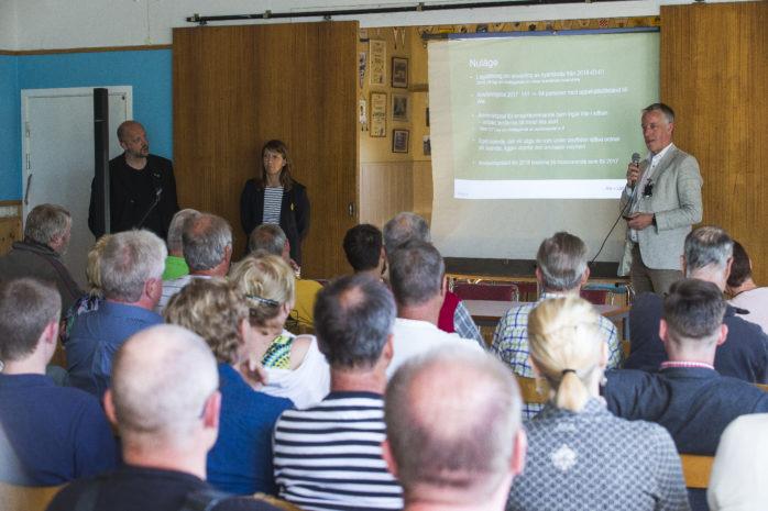 Kommunalråden Mikael Berglund (M) och Paula Örn (S) försökte tillsammans med kommunchef Björn Järbur motivera den planerade byggnationen i Alvhem.