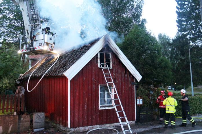 Hembygdsföreningens hus i Lilla Edet förstördes i en brand natten till tisdagen. Foto: Christer Grändevik
