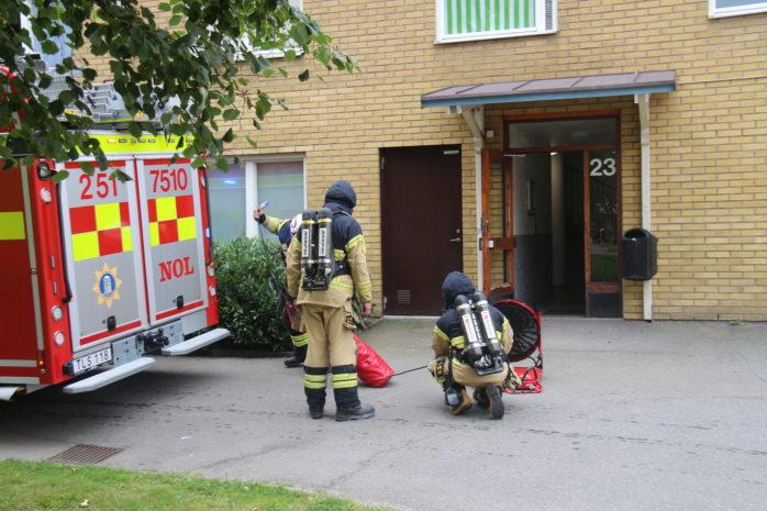Räddningstjänsten fick på torsdagseftermiddagen larm om rökutveckling i en lägenhet på Norra Klöverstigen i Nödinge. Foto: Christer Grändevik.