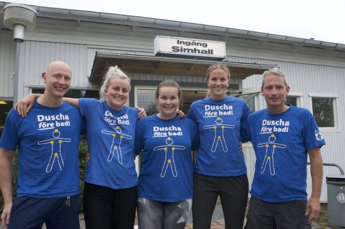 Personalen i Skepplanda simhall hälsar välkommen till en ny säsong. Från vänster: Anton Nilsson, Elina Johansson, Natalie Mårtensson, My Löfström och Mikael Staaf.