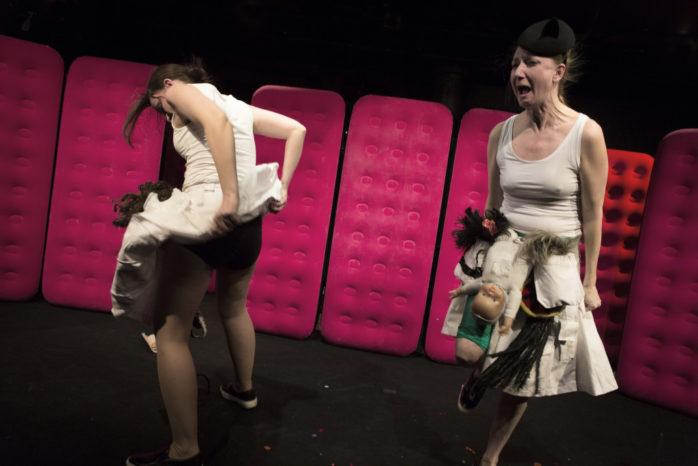 """Lisa Lexfors och Elina Du Rietz i humorföreställningen """"Osvajpade diamanter"""", som visas i Ale Kulturrum måndagen den 18 september. Foto: Fredrik Sjöberg"""