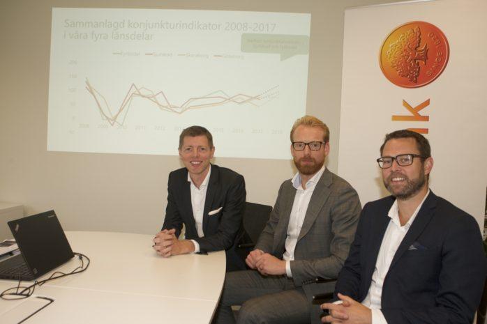En sammanfattning av konjunkturläget ges i Småföretagarbarometern. En trio från Swedbank presenterade resultatet av undersökningen. Från vänster Tobias Hellberg, Fredrik Engström och Ola Frederiksen.