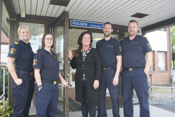 Polisstationen i Kungälv kommer från och med måndagen den 9 oktober att hålla öppet varje vardag. Från vänster: Anna Sandén (kanslichef), Anna Åberg (kommunpolis), Catrine Eriksson (receptionist), Erik Ekholm (stationsbefäl) och Teodor Smedius (lokalpolisområdeschef).
