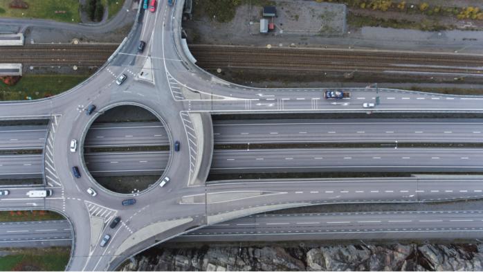 Tänkbar lösning. Rondellen i Bohus är på många sätt ett imponerande projekt, men bilister upplever under rusningstid stora problem. Fordon i sydlig riktning på E45 som ska över till Kungälv kan bli stående i väntan på att köra ut på bron. Det skapar ibland långa köer ut på E45. En enkel lösning vore att göra som illustrationen visar, att helt enkelt reservera ena körfältet åt trafiken som kommer norrifrån.