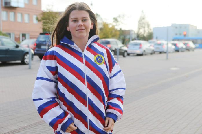 Amanda Bäverhag har fostrats i Surte/Kareby. Nu dömer 17-åringen i World Cup Women som avgörs i Ale Arena i slutet av oktober.