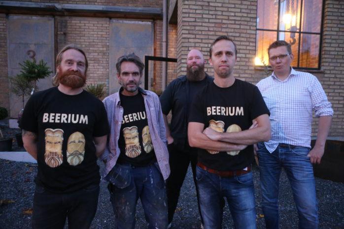 Eldsjälar. Marcello Milli, Fredrik Reinholdsson, Erik Höglund, Martin Pollnow och Emil Staxäng startar ett nytt bryggeri i Studio Surte Kraftstation.