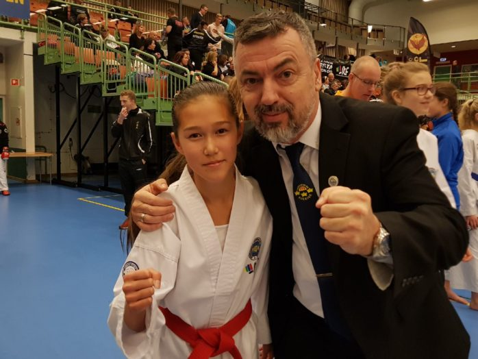 Ellen Sjöberg, 13 år från Älvängen, vann SM-guld i Kadett, Taekwon-Do, som avgjordes i Skövde Arena. Tränare Hidajet Hadzic.