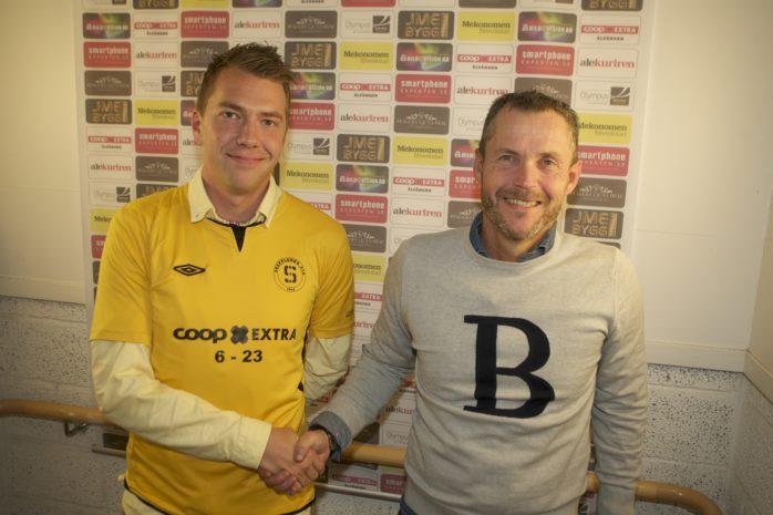 Johan Elving blir ny huvudtränare i SBTK. Här skakar han hand med Christer Andersson från Skepplanda BTK:s fotbollskommitté.