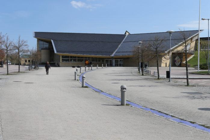 En man i 20-årsåldern hittades med en stickskada utanför Da Vinciskolan i Nödinge.