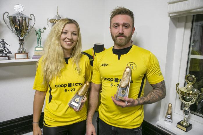 """Försvararen Lisa Qvarfordt och anfallaren Robin Andersson, båda från Skepplanda BTK, belönas med utmärkelsen """"Gulddojan 2017""""."""