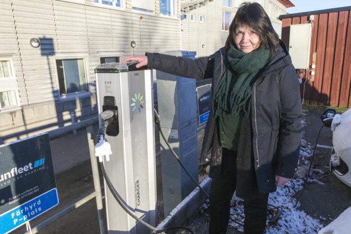 Annika Friberg, utvecklingsledare ekologisk hållbarhet, ser positivt på att det kommer att finnas fler publika laddstolpar i kommunen.