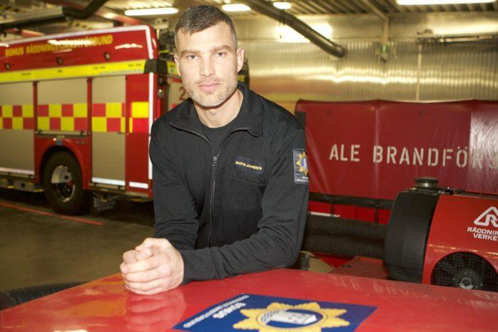 Brandman Martin Johansson hälsar allmänheten välkommen till öppet hus-firandet, som arrangeras på brandstationerna i Ale och Kungälv nu på söndag.