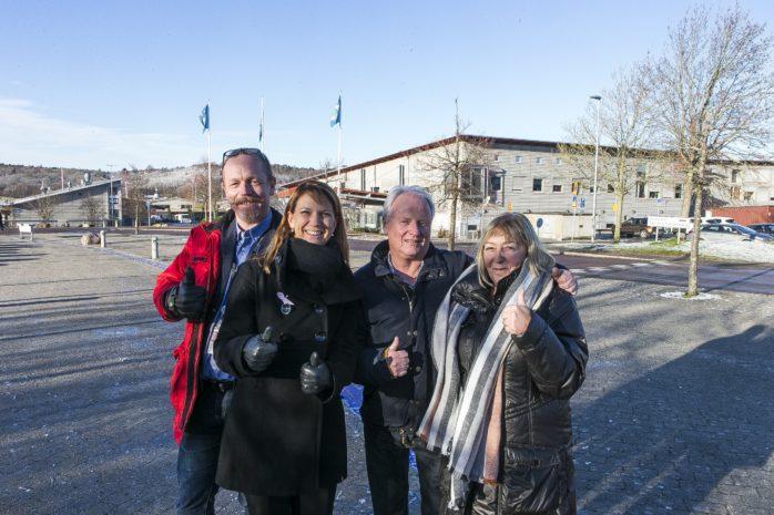 Majoriteten gläds över resultatet av kostutredningen. Det betyder att Ale Matservice, centralköket i Nödinge, avvecklas på sikt. Istället ska lokala tillagningskök leverera maten i skolor och äldreboenden. Från vänster; Dennis Ljunggren (S), Paula Örn (S), Sonny Landerberg (MP) och Monica Samuelsson (S).