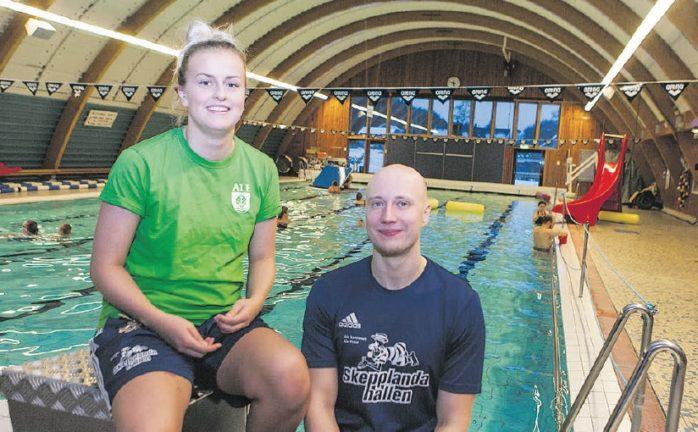 Elina Johansson och Anton Nilsson i Skepplanda simhall, som utökar sina öppettider under jullovet.