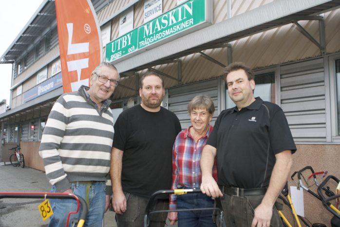 Karl-Eric Nilsson, Emil Pettersson, Gunn Nilsson och Jan Nilsson utgör personalstyrkan hos Utby Maskin i Älvängen som firar 30 år.