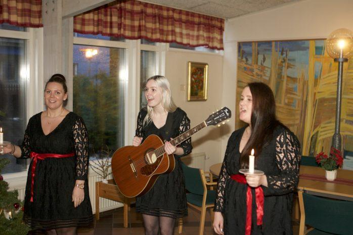Luciakören, bestående av Stina Holländare, Malin Haarala och Erica Ericsson, vid sitt framträdande i Bohus servicehus.