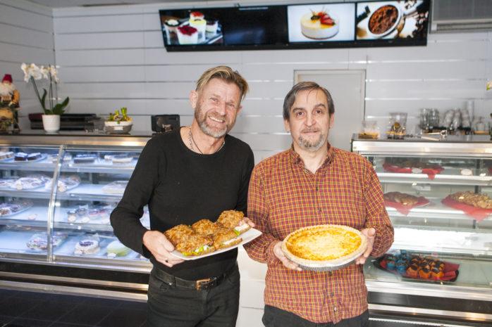 Anders Ahlberg och Tony Yanni hälsar välkommen till Café & konditori Fyrkanten i Älvängen.