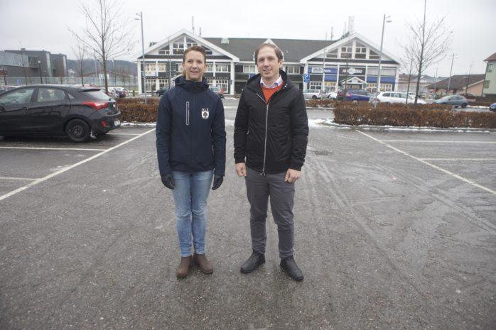Kommunstyrelsens ordförande Paula Örn (S) och projektutvecklare Daniel Söderström visade var den nya isbanan ska ligga i Älvängen centrum.