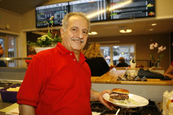 Mourad Chamon hälsar välkommen till Portobello Pizzeria & Gatukök i före detta Älvfotos lokaler i Älvängen.