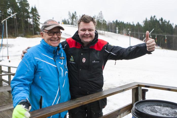Två av Alebackens eldsjälar, Lasse Olsson och John Stjerna, välkomnar till säsongspremiär på fredag kväll klockan 18.