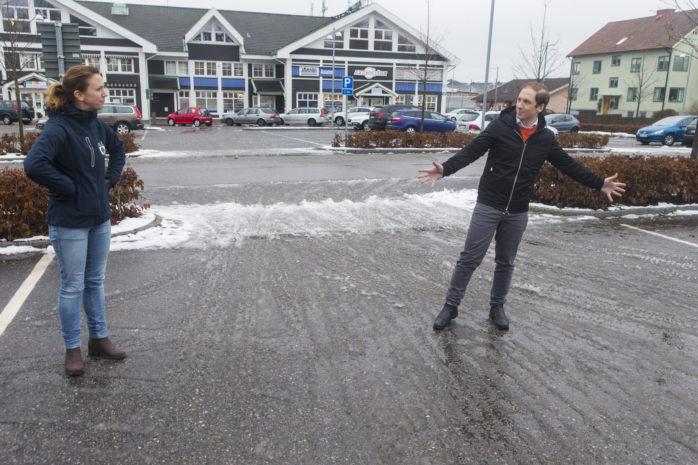 Kommunstyrelsens ordförande Paula Örn och projektutvecklare Daniel Söderström visar var isbanan ska vara.