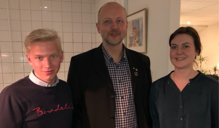 Moderaternas topp 3. Oliver Andersson, 18, omges här av listettan Mikael Berglund och Isabell Mörner.
