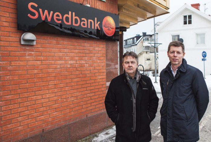 Swedbank stänger i Lilla Edet, men Berth Karlsson och Tobias Hellberg hoppas att flertalet kunder inte ska märka någon försämring. Personalen återfinns i Älvängen och Trollhättan. Antalet kontorsbesök minskar stadigt när kunder istället väljer att uträtta sina ärenden med hjälp av telefon och internet.