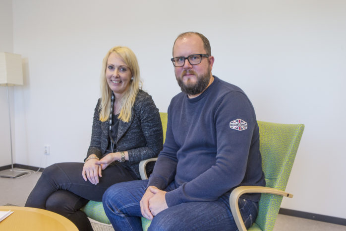 Linda Hoffberg och Fredrik Broberg leder den gemensamma satsningen NÄTA – Närvaroteam i Ale – för att hjälpa elever som har problematisk skolfrånvaro.