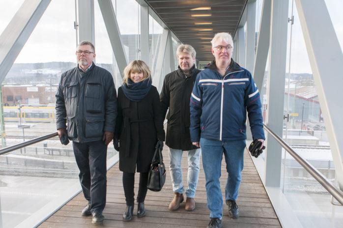 Ulf Eriksson, förste vice ordförande i Västra Götalandsregionens regionutvecklingsnämnd, testade att köra sin partikamrat Roland Karlsson, ledamot i Västra Götalandsregionens kollektivtrafiknämnd, i rullstol vid stationen i Lödöse södra. Det är inte bara en vänthall som behöver till utan stationen behöver också anpassas för funktionshindrade. Lilla Edets C-politiker Julia Färjhage och Jörgen Andersson flankerar regionföreträdarna.